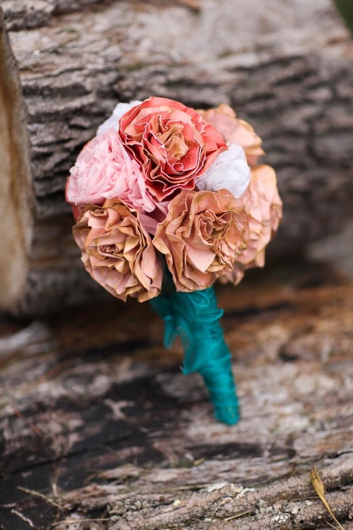joli bouquet de mariage champêtre composé de roses en filtres à café teintés en nuances de rose, fleur en papier facile réalisée à partir de filtre à café