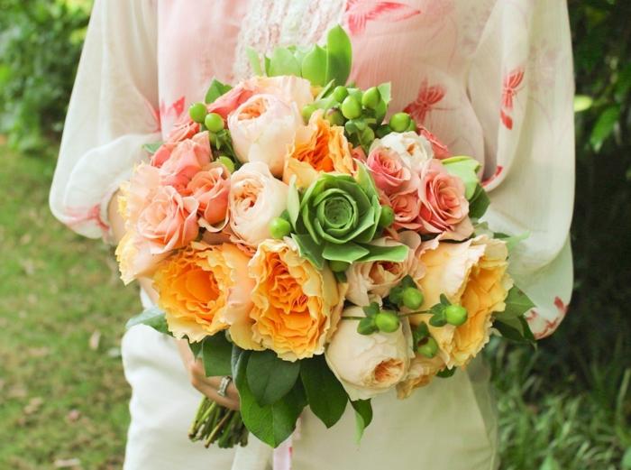 baies vertes, roses oranges et roses, robe de mariée avec des manches, bouquet mariée champetre
