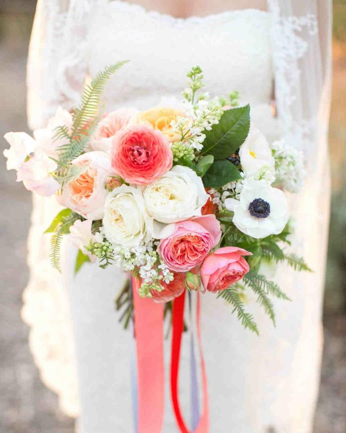bouquet de pivoines et de pavots, robe bustier blanche, voile avec broderies, composition florale moderne