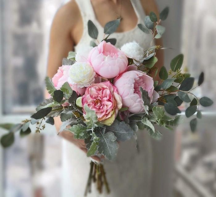 composition florale moderne, pivoines roses, feuilles vertes, bouquet de mariée rose