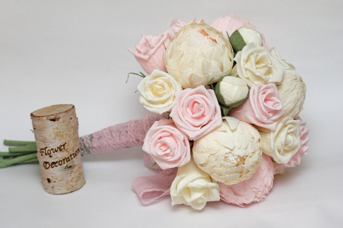 offrir un joli bouquet champêtre composé de roses en papier couleur rose et champagne, une rose en papier crepon très détaillée et réaliste