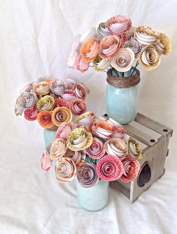 jolie composition florale de roses en papier imprimé posées dans des vases bleu délavé, fleur en papier facile réalisée à partir d'une bande de papier enroulée sur soi-même