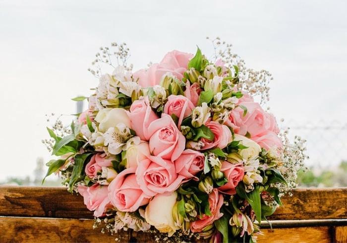 arrangement floral mariage, bouquet de roses, gypsophile, poutres en bois, feuilles vertes
