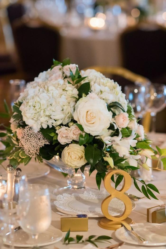 bouquet floral blanc, roses en couleurs claires et hydrangeas assemblées en bouquet de centre de table
