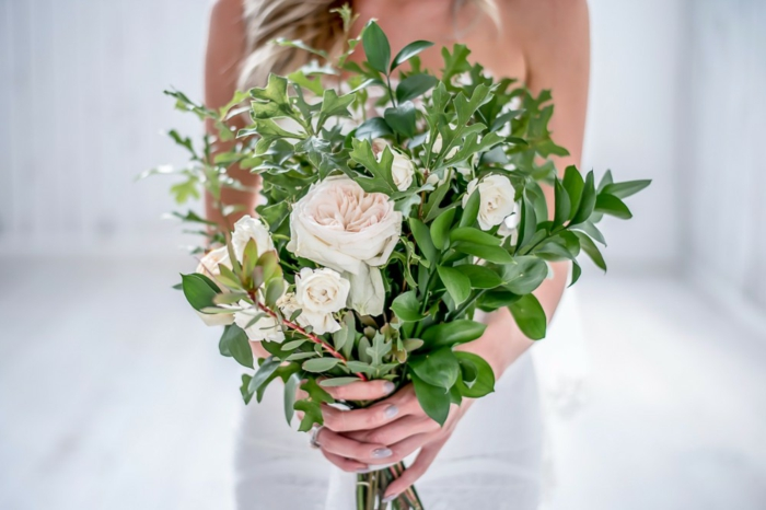 feuilles vertes, roses blanches, robe blanche, composition florale moderne, feuillage