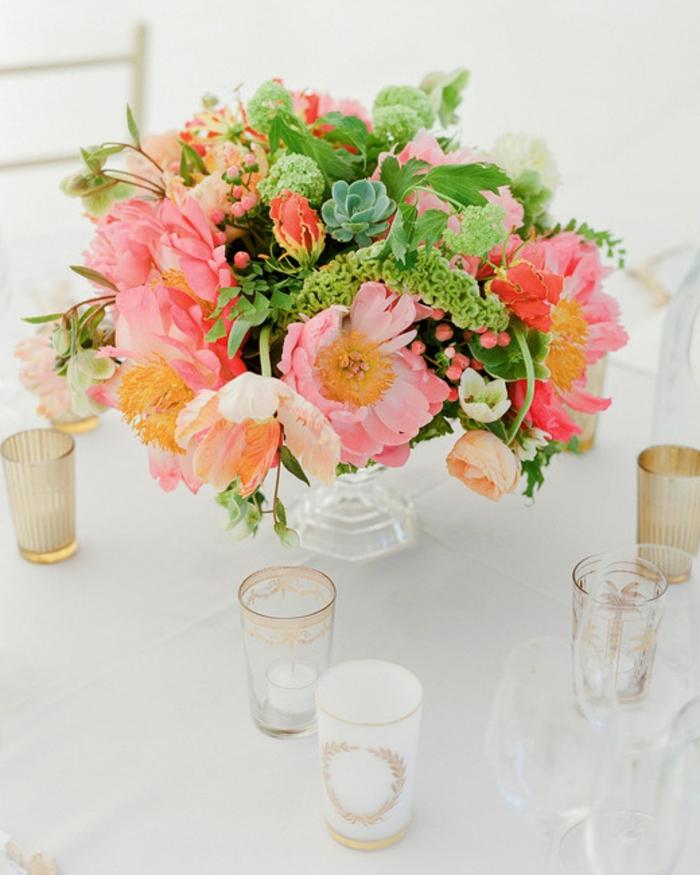 décoration de table pour mariage, jolies fleurs en couleurs pastels, vase en verre, bougeoirs