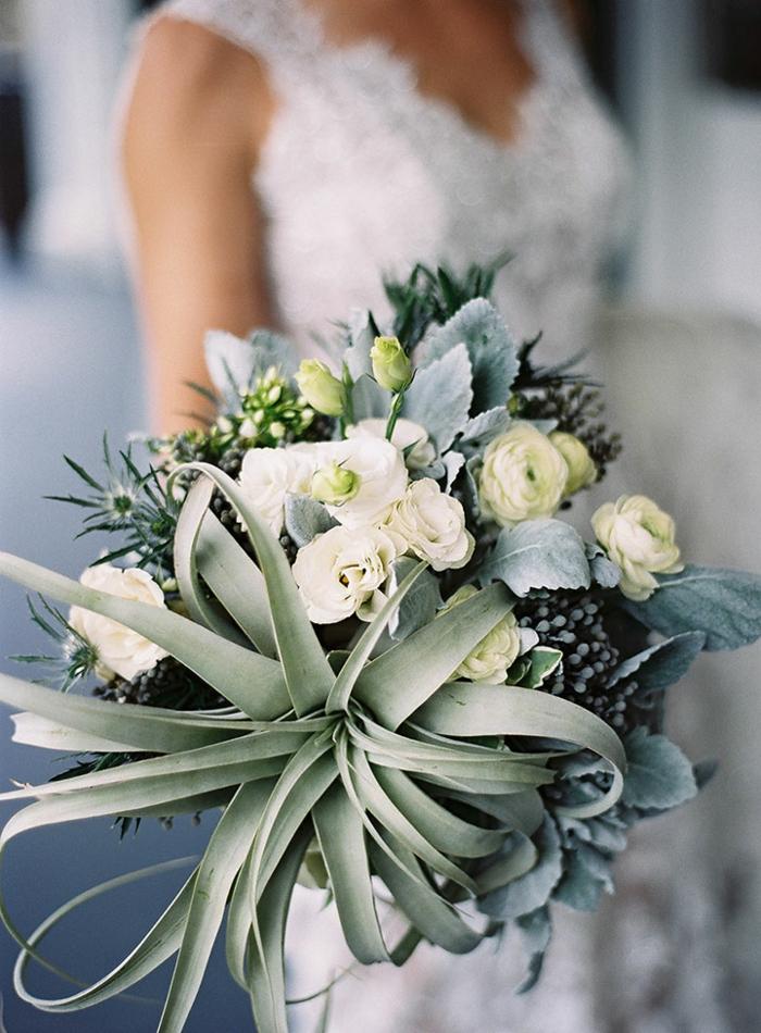bouquet tendance, joli bouquet de roses blanches avec succulentes, robe de mariée blanche