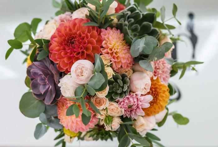 dahlias magnifiques arrangéa en un bouquet de mariage composé de succulentes, roses, feuillages