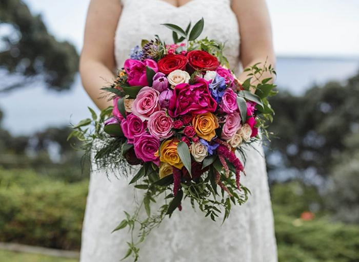 bouquet marié coloré plusieurs fleurs, roses multicolores, feuillage grand bouquet de mariage