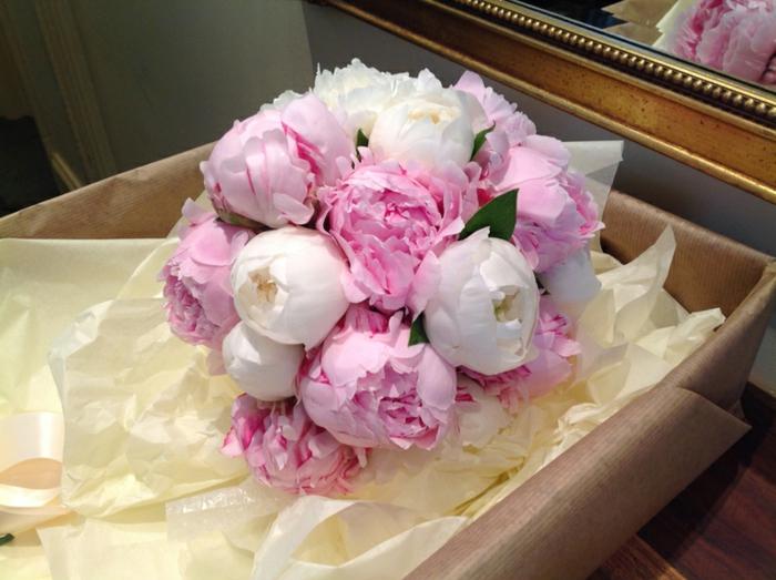 pivoines roses et blancs, arrangement en forme ronde, boîte beige, cadre de miroir doré