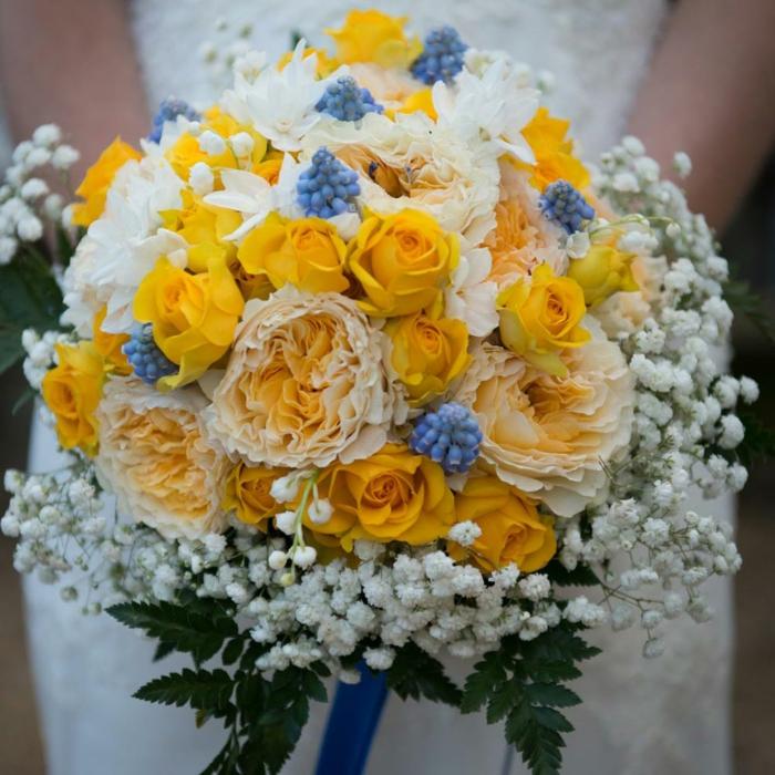 bouquet de mariée avec fleur champetre, roses jaunes, gypsophile, feuillage vert, ruban bleu