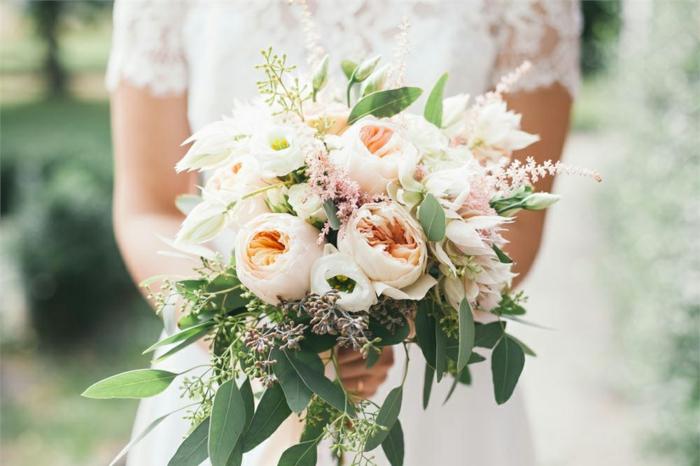 pivoines roses, bouquet style champêtre, feuillage en cascade, robe de mariée en dentelle blanche