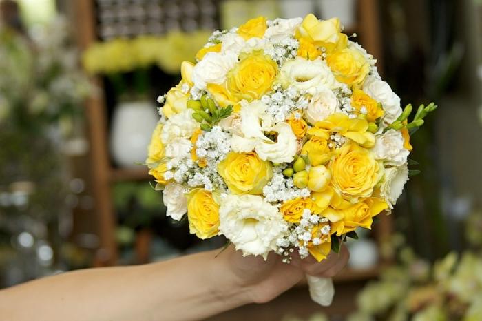 bouquet rond, roses blanches, gypsophile, arrangement floral en blanc et jaune pour mariage