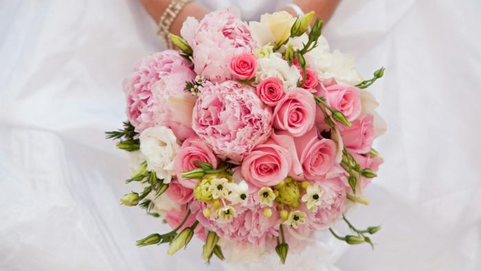 arrangement de fleurs roses et blanches, boutons frais, composition florale moderne
