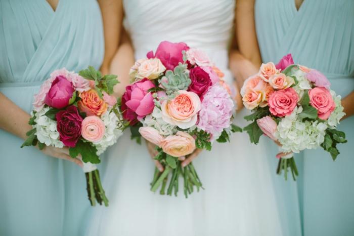 trois bouquets de mariée avec roses, pivoines et hydrangeas blancs, bouquet mariée