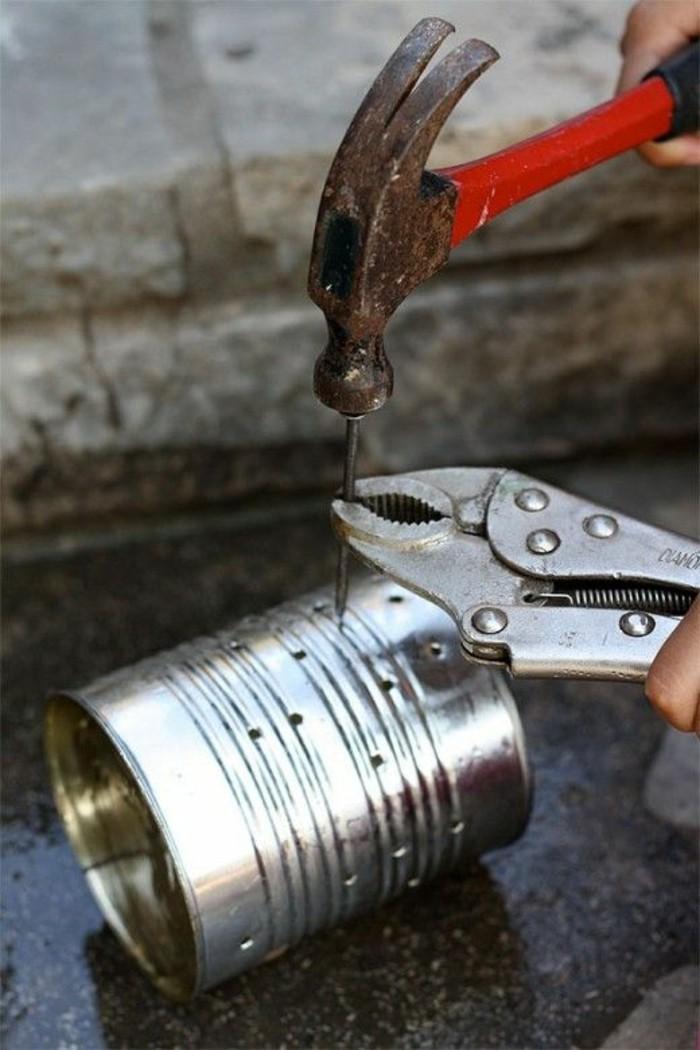 faire des trous sur une canette, idée recyclage de boîte de conserve, exemple que faire avec une canette aluminium