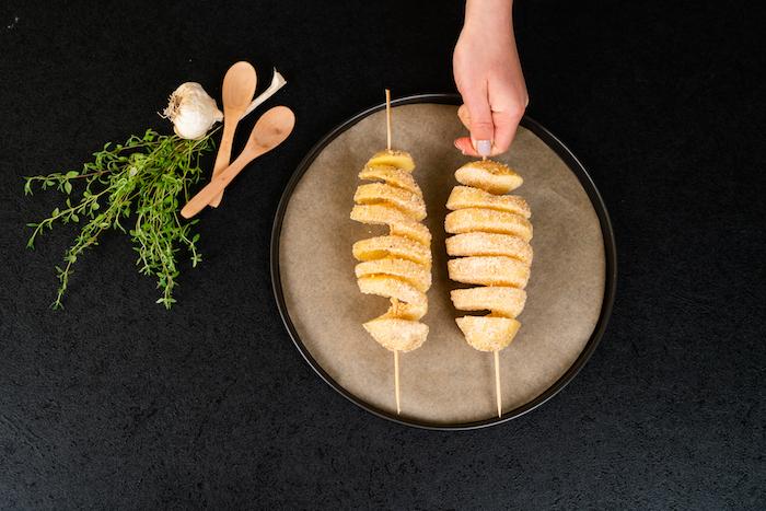 transporter les pommes de terre sur une plaque de cuisson et couvrir de de parmesan et épices