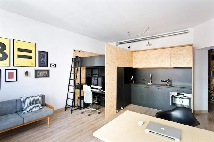 style scandinave de cuisine noire et bois avec bureau à côté et coin nuit chambre à coucher en dessus, ouverture sur salon design minimaliste
