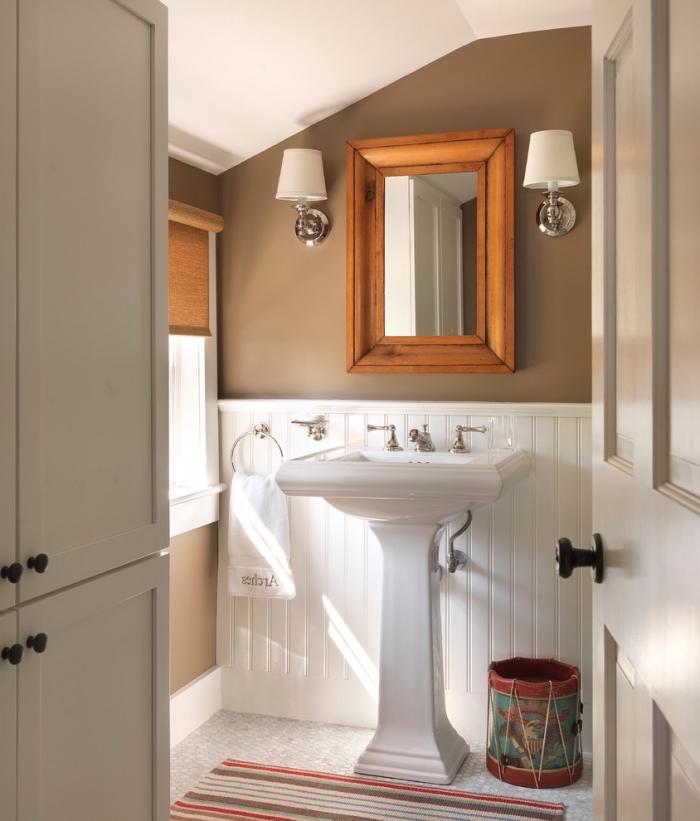quelle peinture pour petite salle de bain, pièce aux murs bimatière panneaux blanc et peinture taupe avec plafond blanc