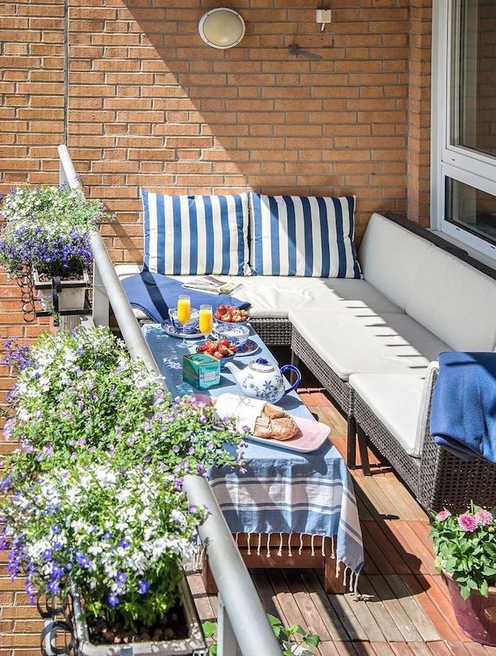 décoration balcon d'appartement avec canapé d canapé d angle tressé et table basse bois, revetement terrasse bois, bacs à fleurs suspendus