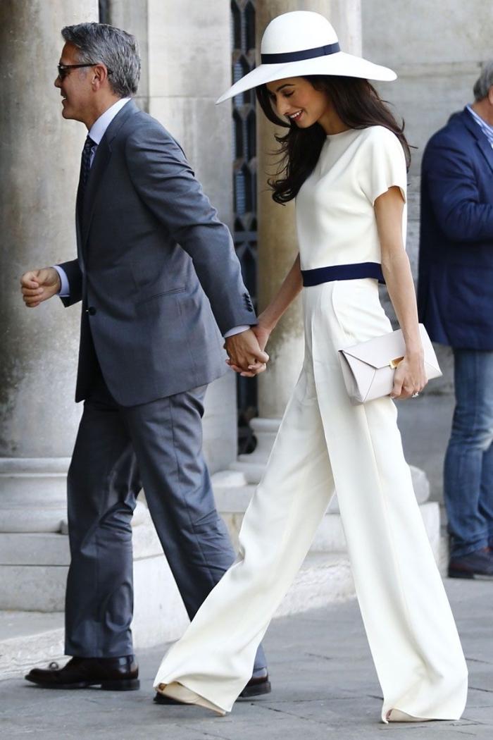comment s'habiller pour une cérémonie femme, modèle tenue chic en blanc et noir, accessoires pochette blanc