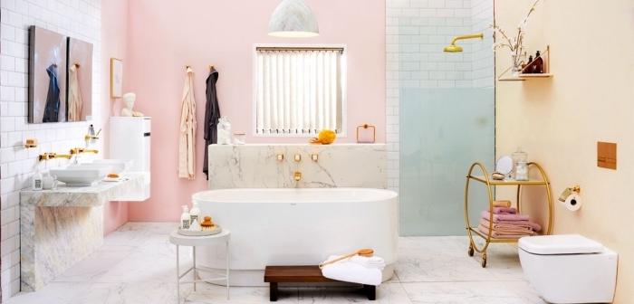 choix de peinture lessivable de couleur rose pastel, déco salle de bain en blanc et rose avec accents en marbre