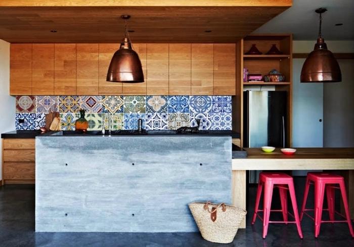 carreaux de ciment patchwork multicolores qui apporte du dynamisme et de la gaité à la cuisine en bois et béton de style industriel