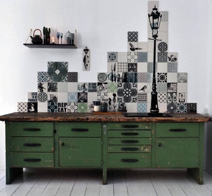 des adhésifs imitation carreaux de ciment patchwork posés en crédence originale au-dessus du meuble de cuisine vintage industriel