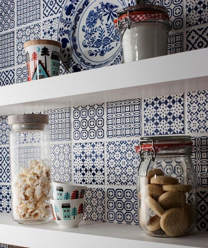 des carreaux de ciments patchwork en bleu indigo avec des étagères ouvertes blanches pour une touche vintage dans la cuisine