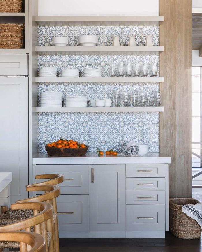 du carrelage imitation carreaux de ciment et des étagères ouvertes qui recouvrent le mur d'une cuisine de style campagne chic