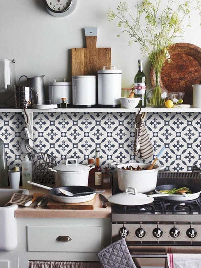 credence carreaux ciment aux motifs anciens délimités par une étagère ouverte, des carreaux de ciment d'aspect authentique qui apportent une touche rustique à la cuisine