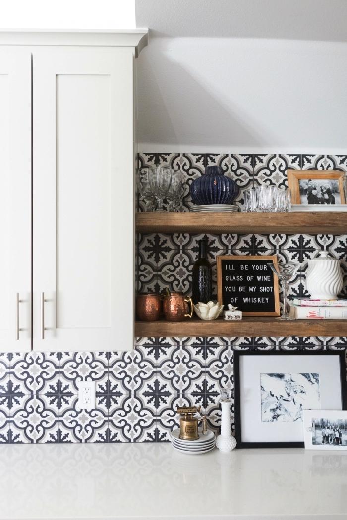 une crédence cuisine carreaux de ciment aux motifs anciens et des étagères en bois ouvertes