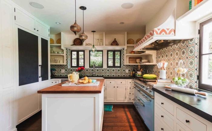 idée de revêtement mural dans la cuisine d'aspect authentique, une cuisine traditionnelle équipée d'une crédence imitation carreaux de ciment aux motifs anciens d'inspiration marocaine