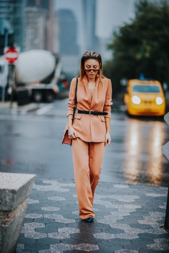 costume de couleur orange pour femme avec ceinture noire, modèle ensemble tailleur pantalon femme en orange