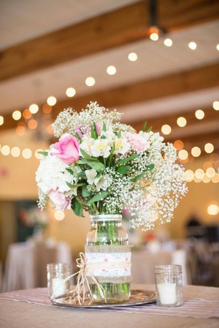 centre de table pour mariage bucolique, poutres en bois, plafond de vieille grange, guirlandes lumineuses
