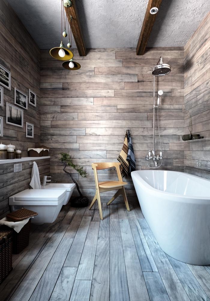exemple de plafond rustique avec peinture blanche et poutres bois brut, revetement mural bois pour salle de bain