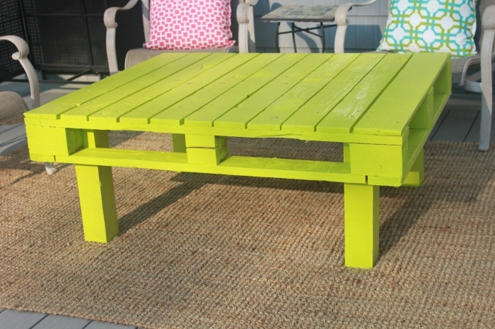 repeindre un meuble bois de jardin, exemple décoration extérieur avec objets et meubles en couleurs, diy table palette