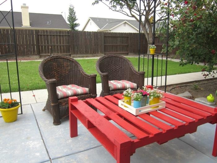 exemple de petite table de jardin fait main en bois, comment peindre un meuble, bricolage avec palette facile