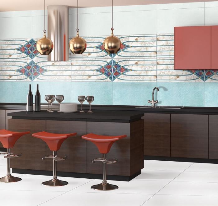 exemple de couleur mur cuisine avec meuble bois, revêtement crédence en carreaux nuances bleues avec meubles foncés