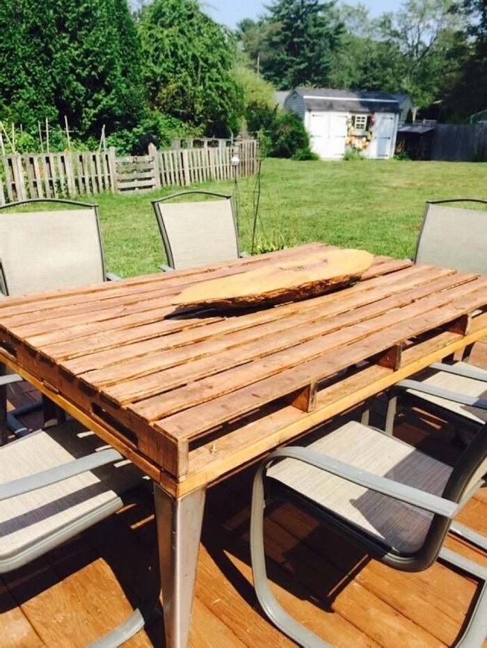 modèle de table de jardin en palette, exemple comment décorer une terrasse ou arrière-cour avec mobilier fait main