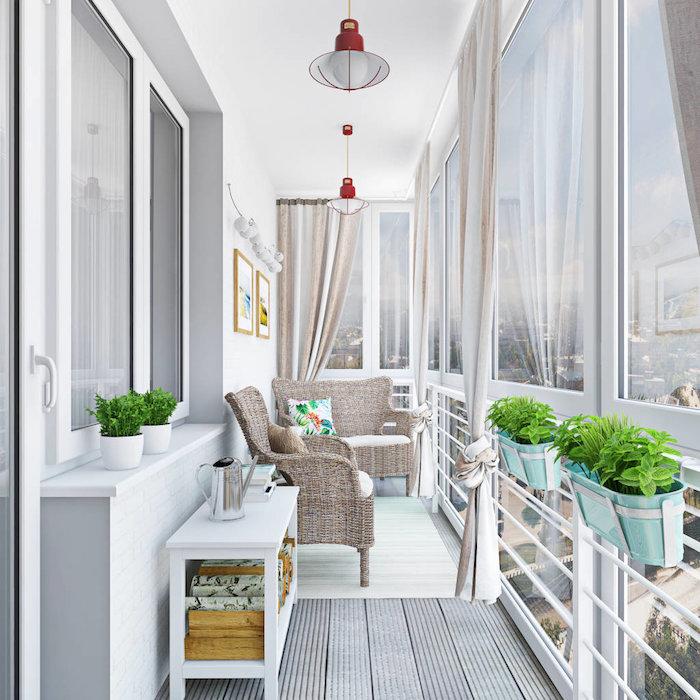 fauteuils en rotin avec coussin d assise blanc, parie du sol revetu de bois, rideaux de balcon, bacs à fleurs suspendus, plantes de balcon vertes