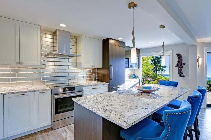 déco de cuisine blanche avec crédence en carreaux effet métallisé, agencement de cuisine ouverte avec îlot