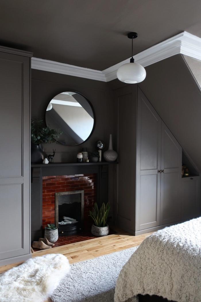 meuble sous pente sur mesure peint en gris qui se fond dans le décor monochrome de la chambre parentale
