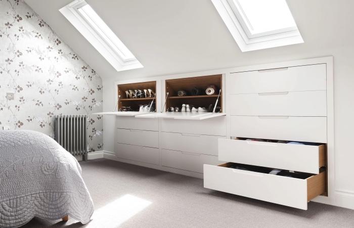 meuble sous pente fonctionnel et qui accueille les chaussures et les vêtements dans la chambre à coucher mansardée