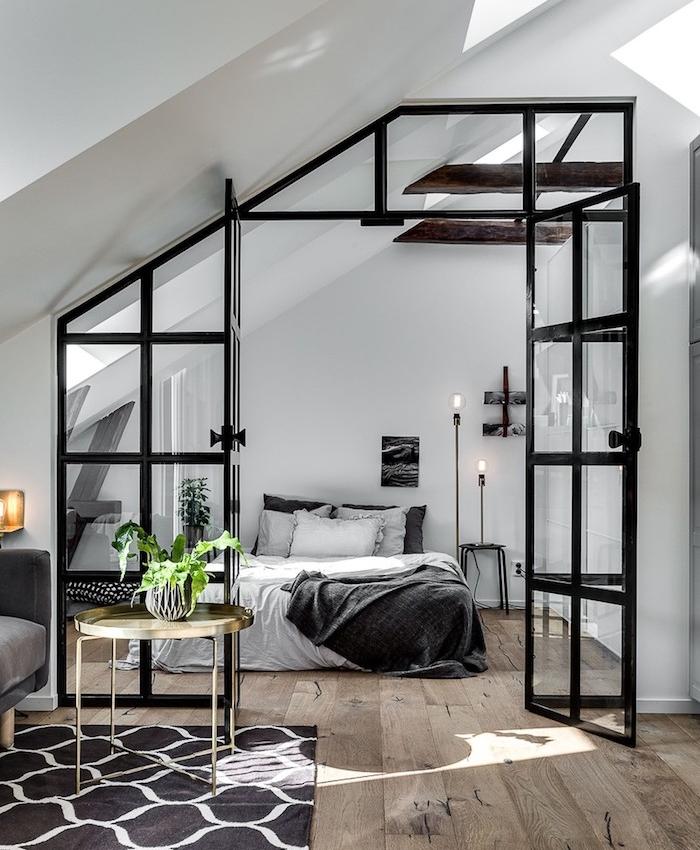 verrière industrielle pour séparer une chambre à coucher du salon, parquet bois brut, lit et deco gris et blanc