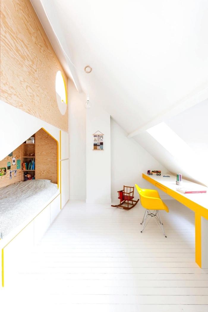 une chambre d'enfant avec lit cabane en contreplaqué et un espace bureau aménagé sous la pente du toit, aménagement sous pente une chambre d'enfant originale