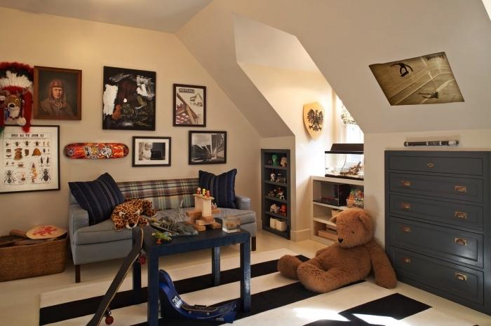 une chambre d'enfant garçon aménagée sous les combles avec placard sous pente intégré pour un gain de place maximum