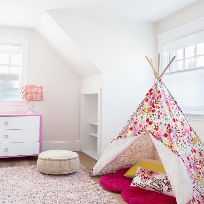 une chambre d'enfant mansardée avec placard sous pente intégré au mur et un tipi fait-maison