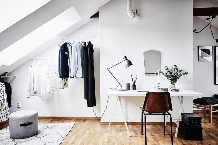 espace en sous-pente transformé en coin dressing fonctionnel, une penderie sous pente ouverte avec barres minimalistes fixées au mur