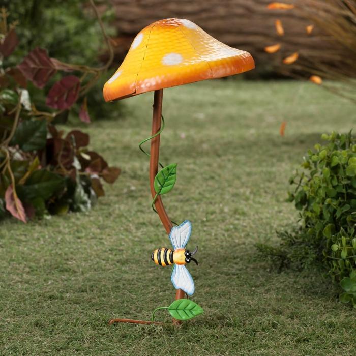 idée de déco jardin champignon jaune en métal, abeille, decor jardin avec sculptures métalliques